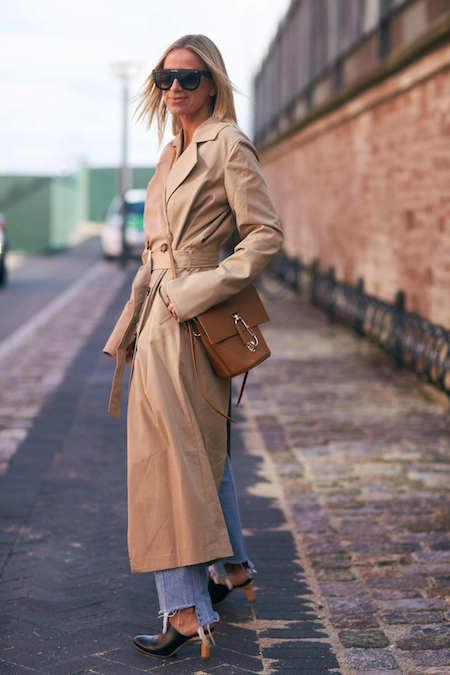 W płaszczu khaki blondynki wyglądają mdło