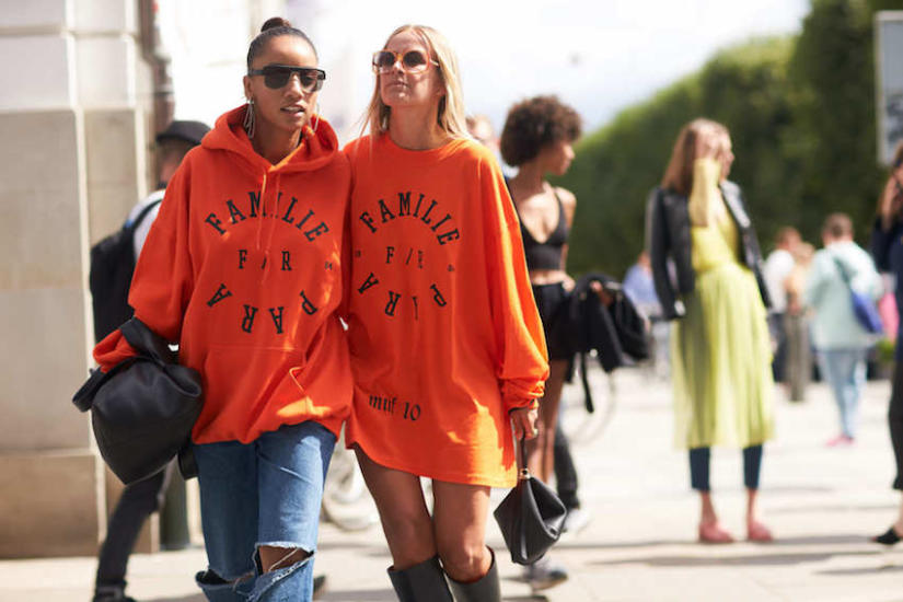 Pomarańczową bluzę lepiej oddaj koleżance z ciemniejszymi włosami