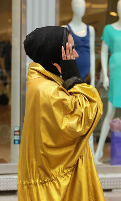 Lady Gaga w złotym płaszczu