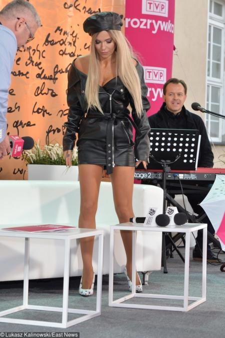 b72e3bd2481a7 Na mroczne klimaty przyszedł czas podczas sobotniej konferencji prasowej.  Obcisła skórzana sukienka nie dość, że odsłaniała nogi, to ponętnie  ściskała i ...