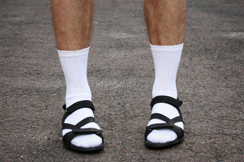 Białe skarpety i sandały