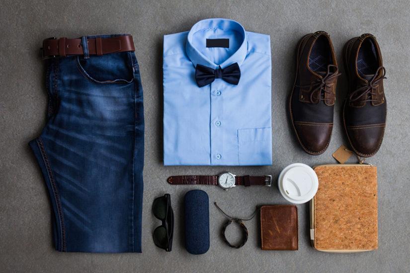 Błękitna koszula świetnie współgra z brązowymi dodatkami i muszką