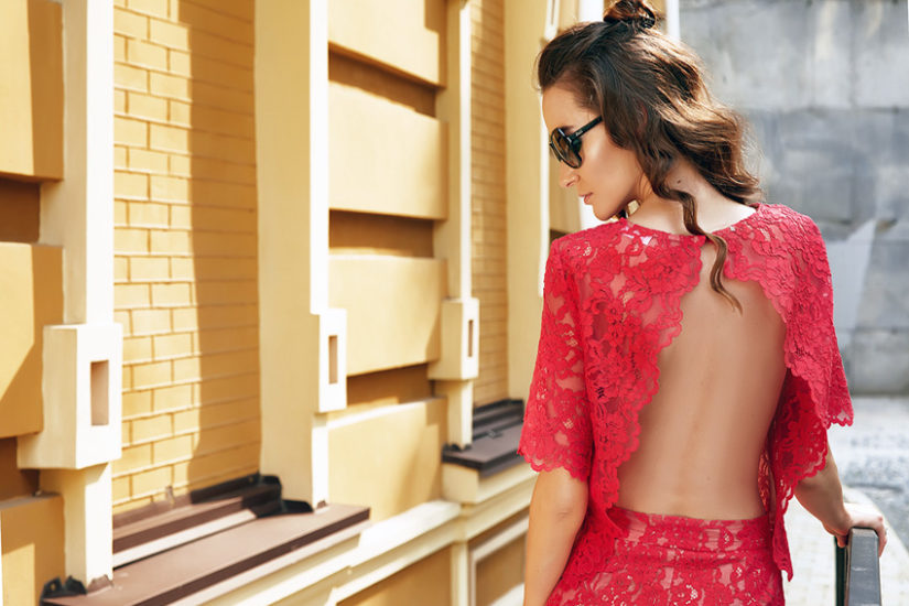 Czerwone sukienki z dekoltem na plecach są bardzo sexy