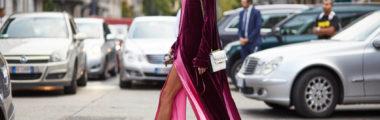 Modne sukienki na jesień będą z dużym rozcięciem na nodze i nadal welurowe