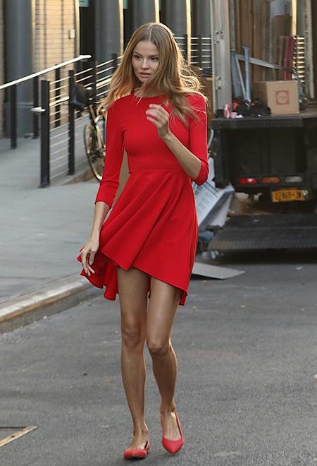 W czerwonej sukience