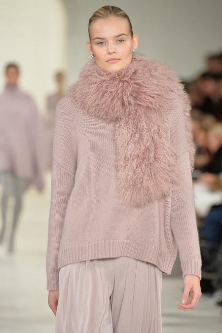Pudrowo-różowy sweter połączony z etolą
