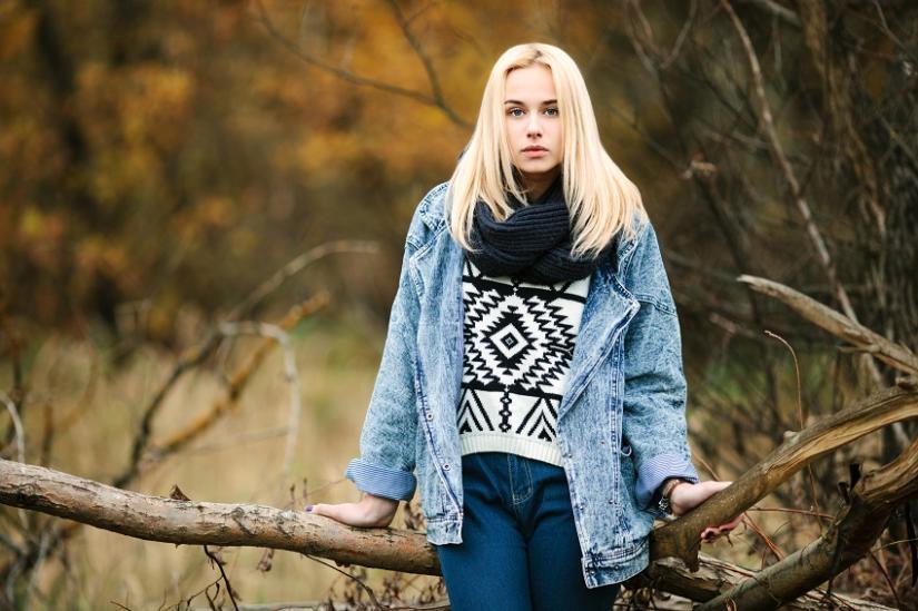 Kurtka jeansowa w jesiennej stylizacji