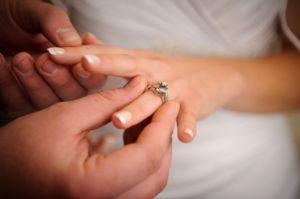 Zobacz, jak modnie nosić pierścionek zaręczynowy i obrączkę