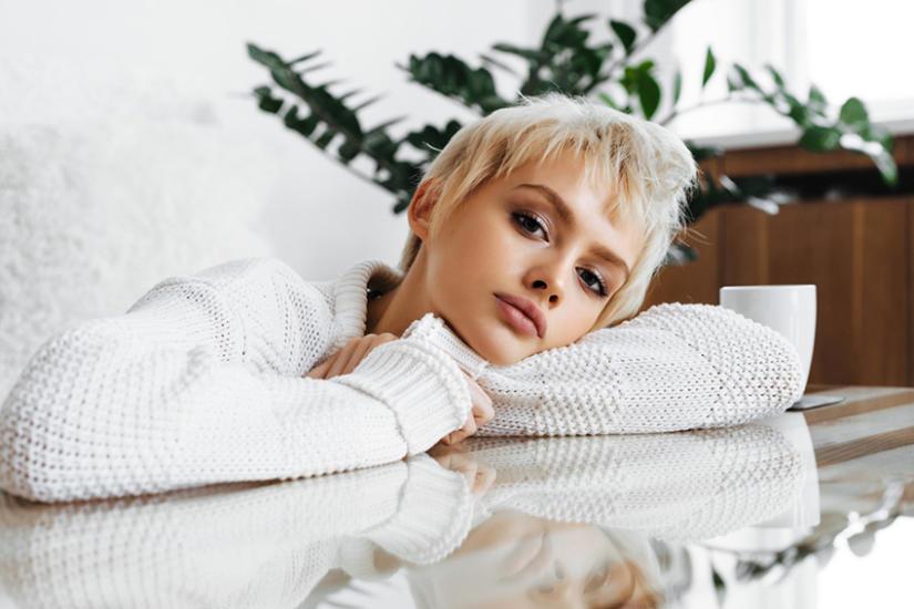 Sweter damski w białym kolorze pasuje blondynkom