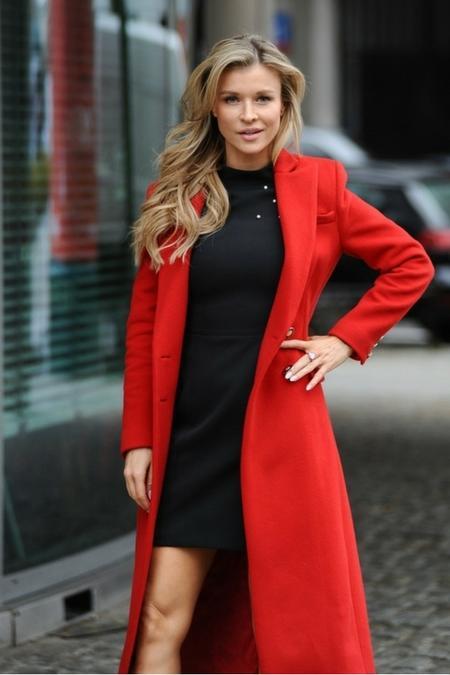 Joanna Krupa w czerwonym płaszczu