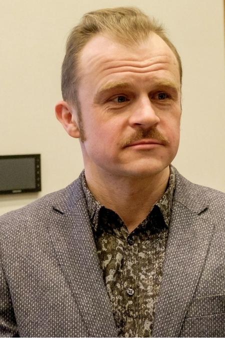Piotr Rogucki z wąsem