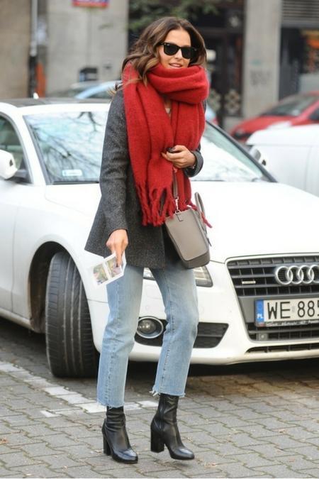 Czerwony szalik to idealny dodatek zimową pora