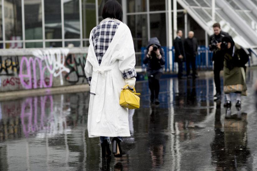 płaszcz z dekoltem na plecach