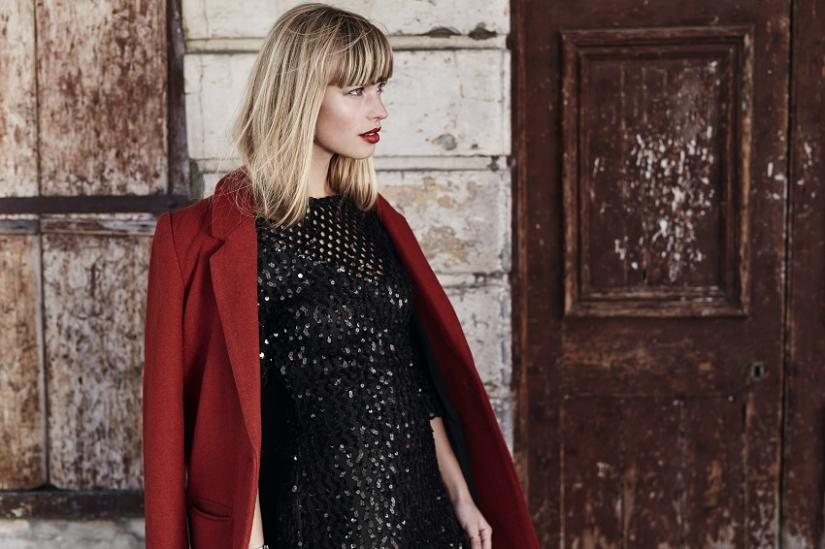 Czerwona marynarka idealnie komponuje się z czarną cekinową sukienką