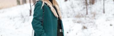 Płaszcz w kolorze głębokiej zieleni