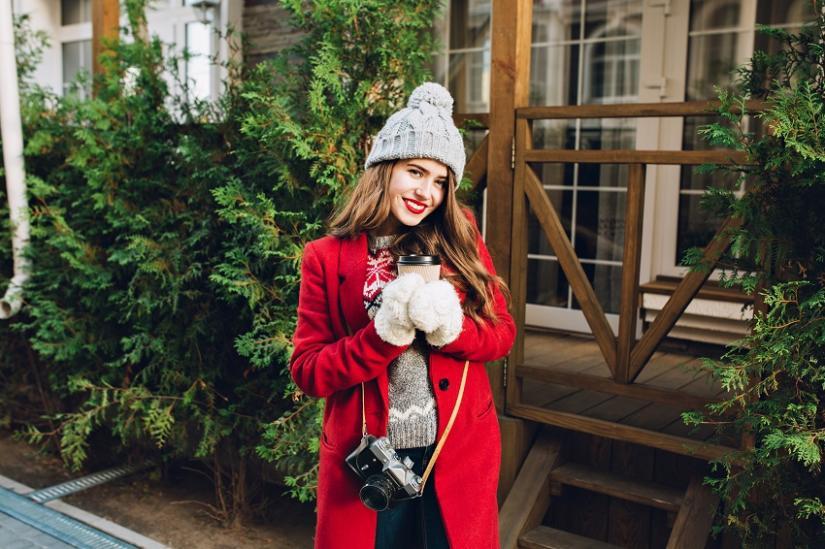 Czerwony płaszcz pięknie się prezentuje w zimowej scenerii