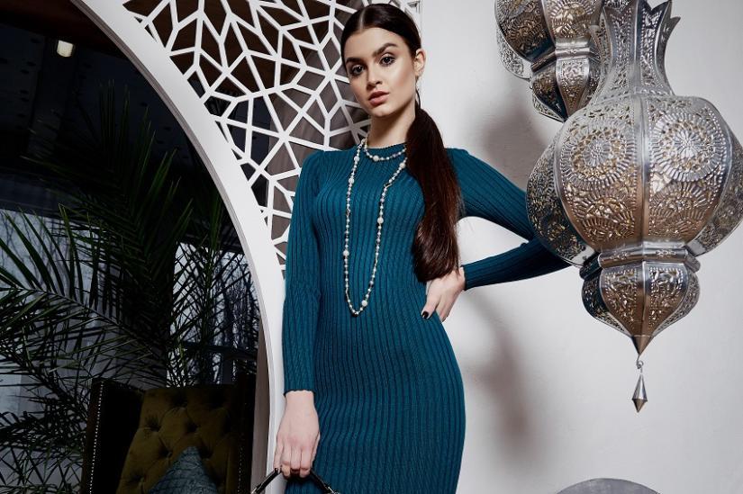 Sweterkowa sukienka idealnie sprawdzi się zimą