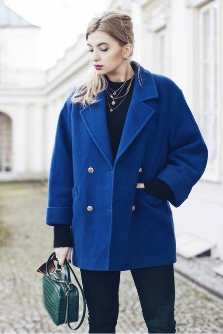 Ciepły płaszcz w kolorze niebieksim