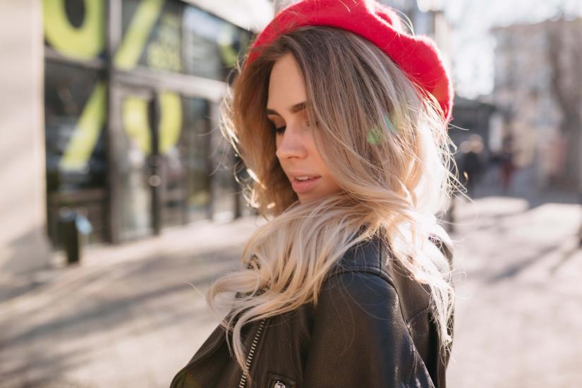 """295fdf917 W przypadku okrągłej buzi sposób noszenia czapki jest bardzo ważny! Nakrycie  założone """"na bakier"""" optycznie wysmukli i wyszczupli Twoją twarz!"""