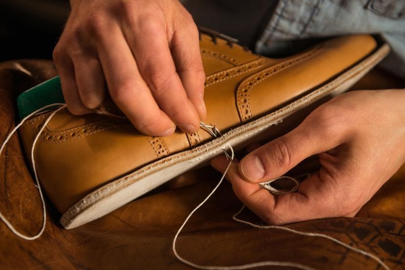 Ręczny proces zszywania butów jest naprawdę skomplikowany