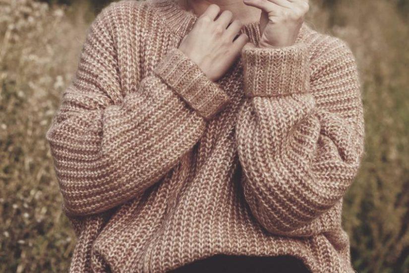 sweter oversize ukryje niedoskonałości