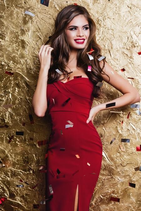 Czerwone usta do czerwonej sukienki
