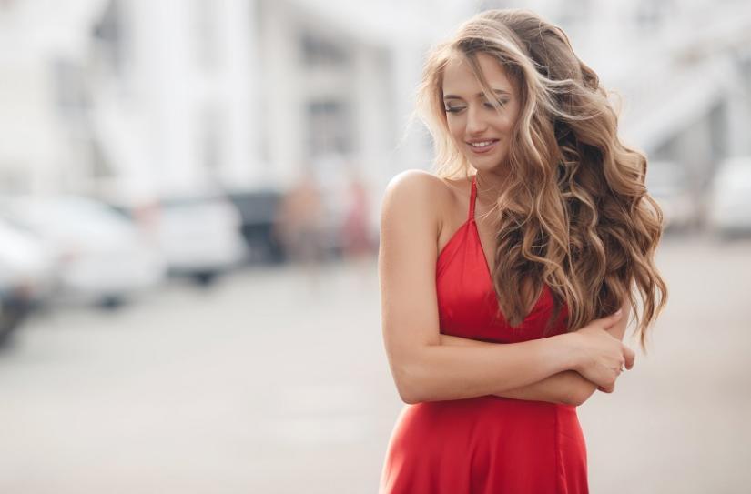 Lekki makijaż do czerwonej sukienki