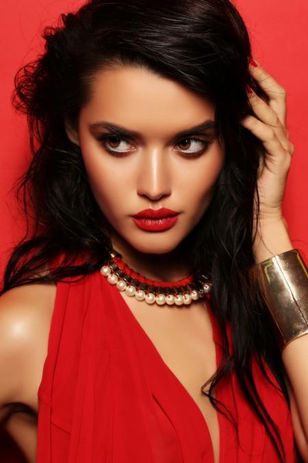 Mocny makijaż do czerwonej sukienki