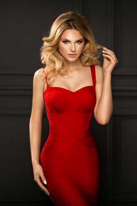 Usta nude do czerwonej sukienki