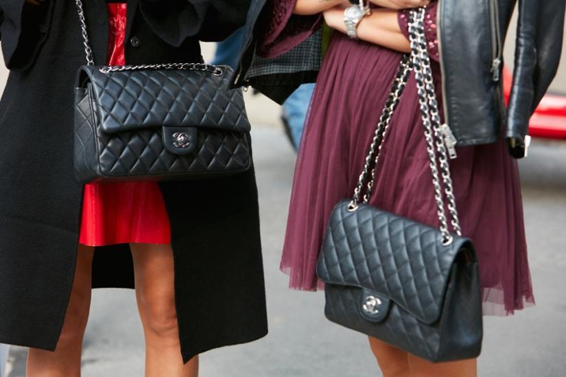 ec2cbca6d7688 Najpopularniejsze dziecko Chanel, czyli model 2.55 od kilku dekad urzeka  swoją dystyngowaną elegancją. Pikowana torebka na łańcuszku z  charakterystycznym ...