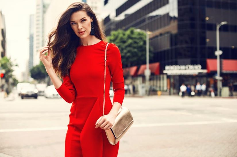8b9b7a154c914 Akcesoria do czerwonej sukienki powinny być dopasowane przede wszystkim do  okazji. Do eleganckich stylizacji świetnym wyborem będą czarne dodatki, ...