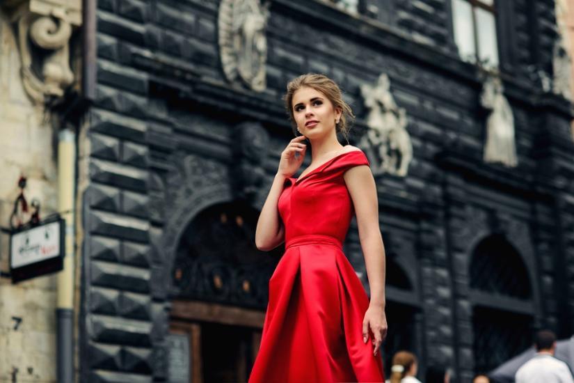 6196c59fbd325 Dodatki do czerwonej sukienki - co wybrać? Trendy.Allani.pl