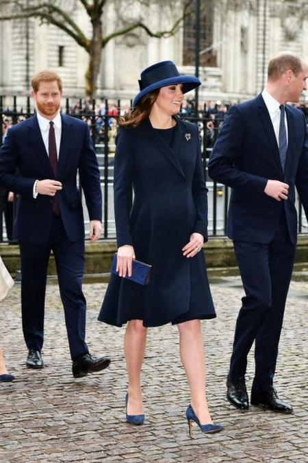 Kate Middleton jest również fanką granatu i zdecydowała się na szpilki w tym kolorze