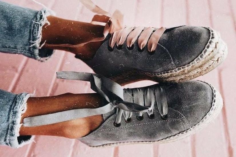 Sneakersy ze wstążkami prezentują się niezwykle uroczo