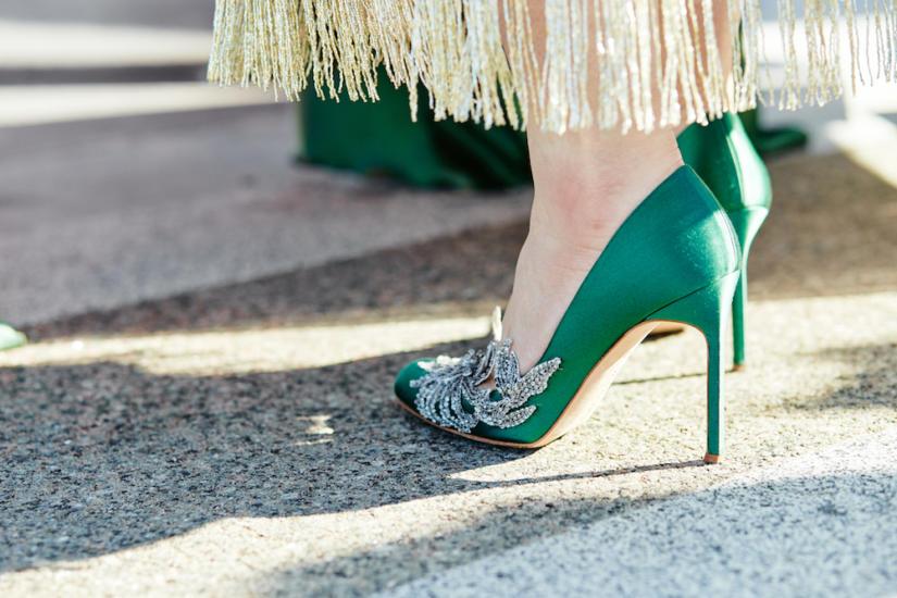 Buty w ciemnych kolorach sprawdzą się zarówno jesienią, jak i latem