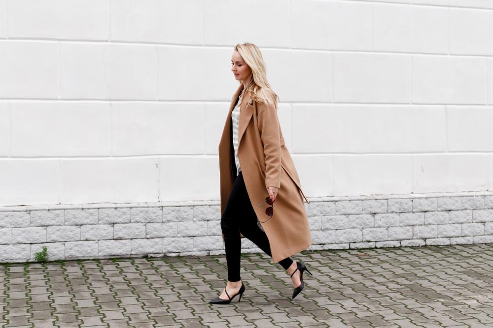 długi beżowy płaszcz na jesień