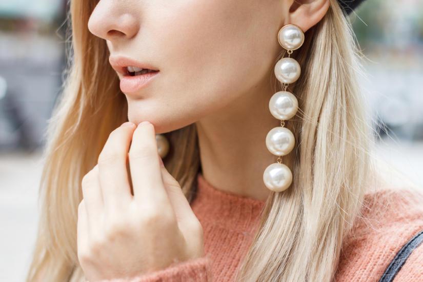 Duże i wyraziste kolczyki z perłami