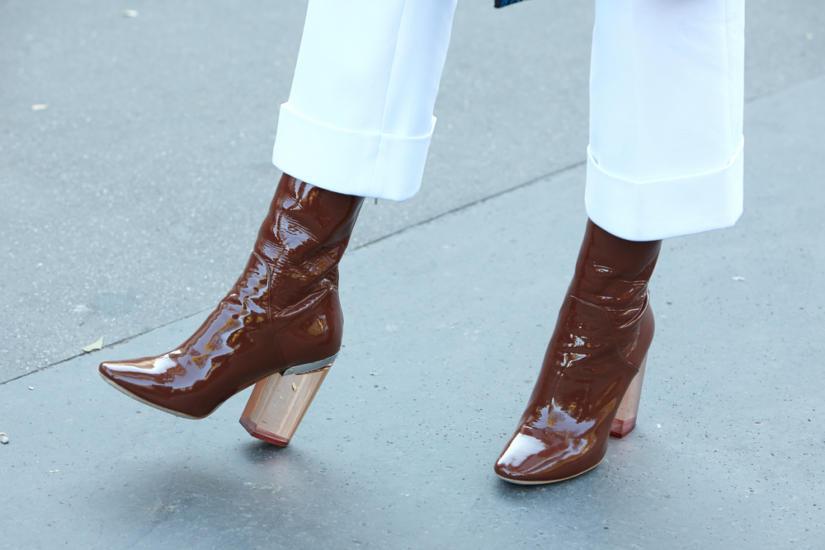 Buty na ozdobnym, transparentnym słupku