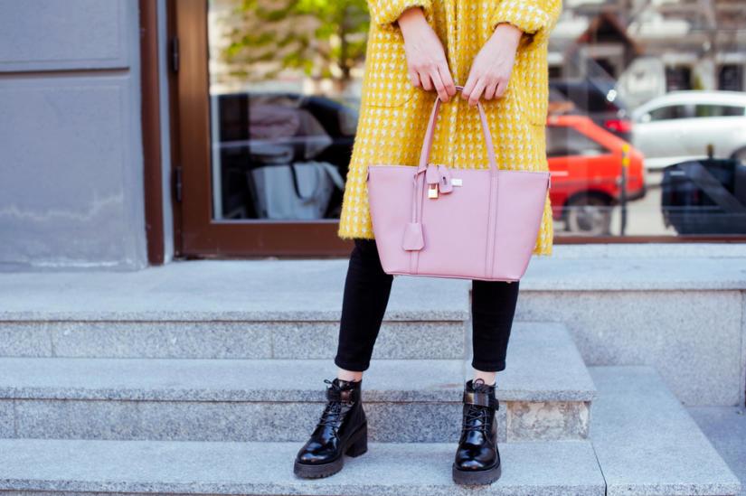 Klasyczne czarne trapery możesz nosić także w wersji eleganckiej