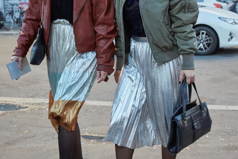 Eleganckie metaliczne spódnice połączone ze sportowymi kurtkami