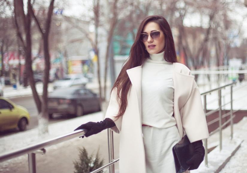 Biały płaszcz z wełny to ciepły i ponadczasowy wybór