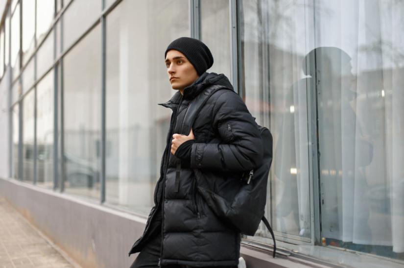 Kurtki męskie zimowe zakupisz podczas wyprzedaży zarówno w sklepach stacjonarnych, jak i internetowych.