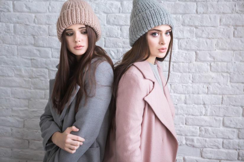 Szare i pudrowo-różowe płaszcze również sprawdzą się w tym sezonie