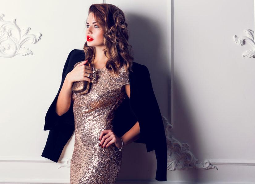 Sukienka cekinowa na sylwestra lubi towarzystwo eleganckich dodatków