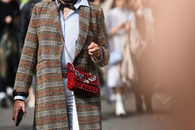 Brązowy płaszcz w kratę - to klasyka na lata!