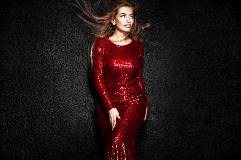 17a0cf52e1 Niezwykle stylowym wyborem będzie sukienka cekinowa na sylwestra z długim  rękawem