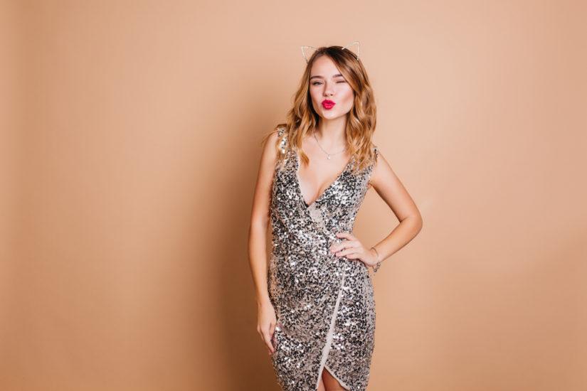 Blask jest pożądany, zwłaszcza w ostatnią noc w roku, dlatego tak popularne są cekinowe sylwestrowe sukienki