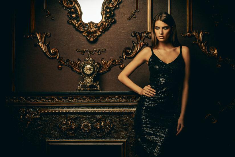 Czarna cekinowa sukienka na sylwestra to model, który nie potrzebuje żadnych dodatków!