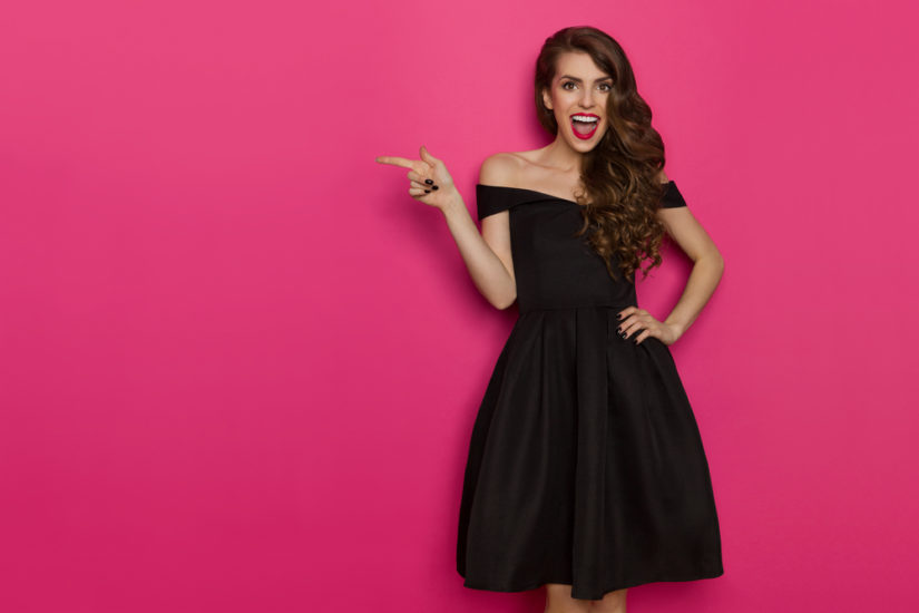 Czarna rozkloszowana sukienka sylwestrowa zagwarantuje świetny wygląd i swobodę podczas tańca
