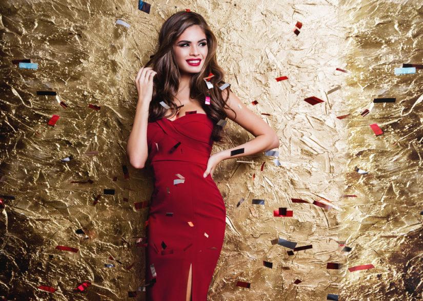 Jeśli chcesz postawić na klasykę i kobiecość, wybierz czerwoną sukienkę na sylwestra